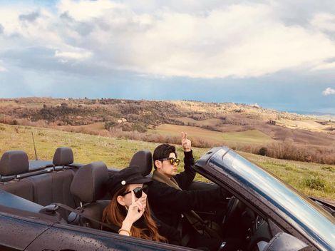 Jay Chou driving his car