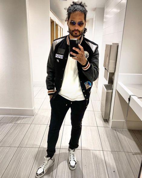 Manwell Reyes' Mirror Selfie