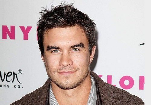 Actor and singer Rob Mayes image