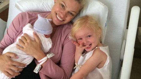 Kristy Hinze adn her children