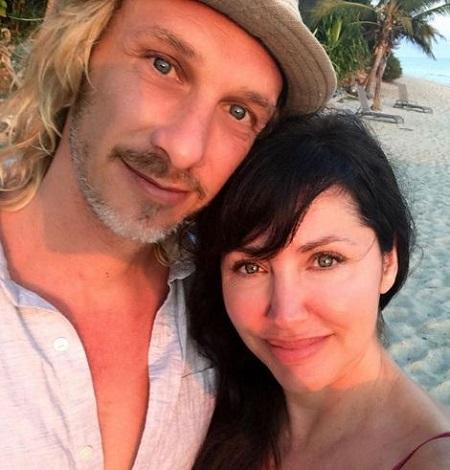 Bobbie Phillips with her husband in florida beach, DailyEntertainmentNews