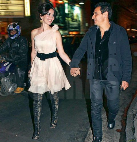Ricardo Mollo walked with his wife in the street