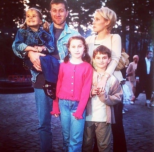 Ilya Abramovich's siblings with their parents