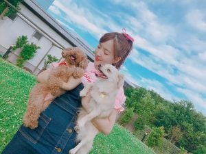 Yua took a picture with her two pet mimi and Kuu