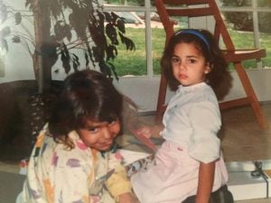 Sona took a picture with her childhood friend in her early years