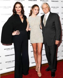 Carys took a picture with her parents while attending a red carpet
